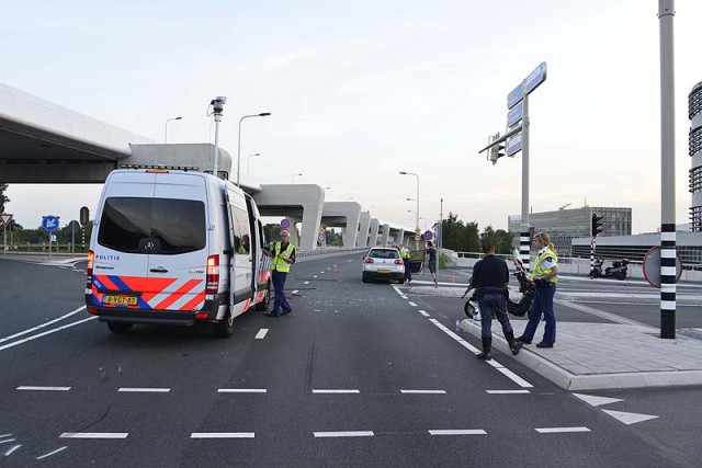 Schiphol-Oost: Scooterrijdster ernstig gewond na aanrijding