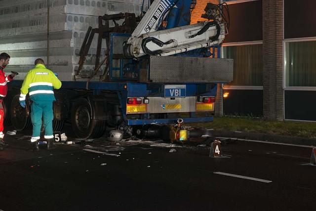 Hoofddorp: Motorrijder botst op geparkeerde vrachtwagen