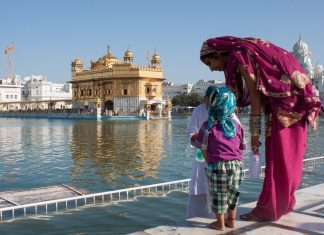 women travelers on a budget: India Amritsar Golden Temple