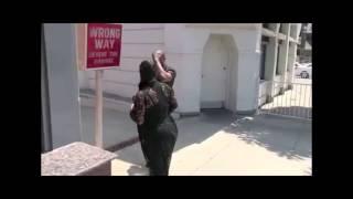 Kanye West se cogne la tête à un poteau en esquivant les paparazzis