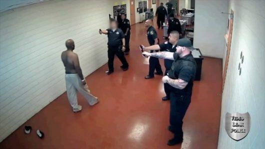 Un prisonnier se bat contre 19 gardiens ! (Vidéo)