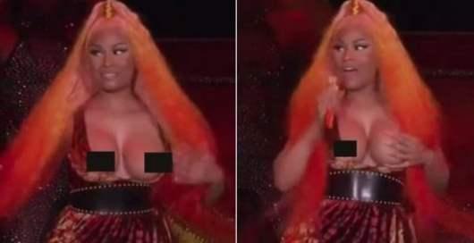 Nicki Minaj révèle sa poitrine en plein concert suite à un petit accident !