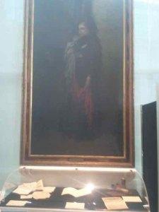 Au centre de la vitrine, sous le tableau de Gustave Doré » L'Alsace meurtrie «, est exposé le manuscrit du premier cahier écrit par Dominique Richert.                  Exposition du 22 mars 2014 – VIVRE EN TEMPS DE GUERRE DES DEUX CÔTES DU RHIN 1914-1918.                                                            –  MENSCHEN IM KRIEG 1914-1918 AM OBERRHEIN