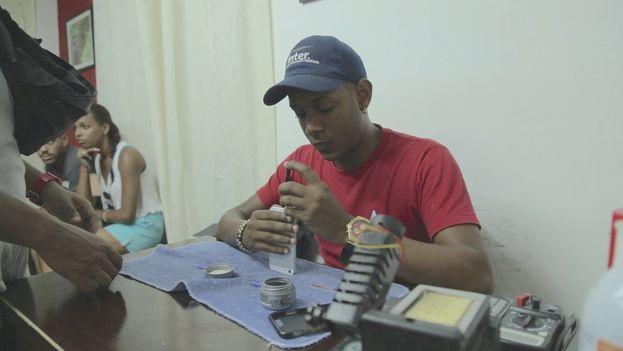 Reparador de teléfonos iPhone. (Fotograma/ R. Casamayor)