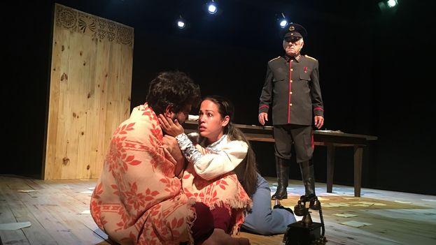La desesperación lleva a Bulgákov al delirio de imaginar en medio de su sala la inconfundible figura del dictador, al que da vida el actor Pancho García, Premio Nacional de Teatro 2012. (14ymedio)