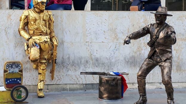 Friegan parabrisas, hacen de estatuas vivientes o piden limosnas, Bogotá está desbordada de desplazados venezolanos. (14ymedio)