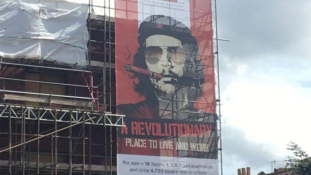 La imagen de Guevara, con gafas de sol y un tabaco promueve el espacio de alquiler en Bristol. (George Rowland)