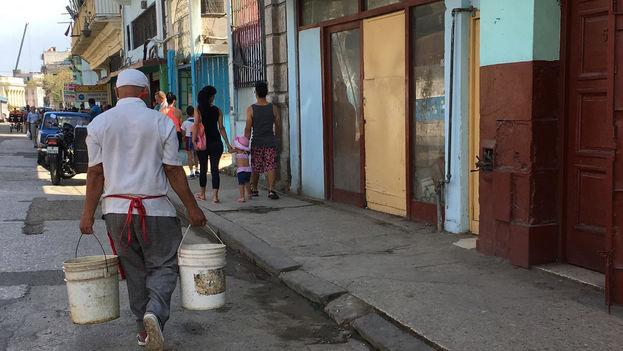 El precio del agua se ha disparado en el mercado informal. Una pipa de tamaño mediano costaba hasta hace una semana entre 20 y 25 CUC, pero la cifra ha llegado a duplicarse e, incluso, a triplicarse. (14ymedio)