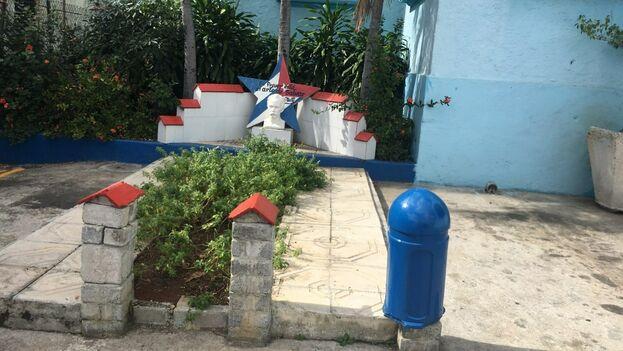 Busto de José Martí en las afueras de la Estación de Policía del Cerro, uno de los lugares que señaló Clandestinos en sus acciones. (14ymedio)