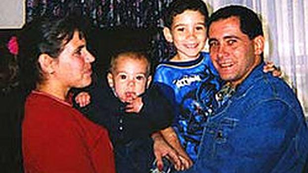 Elián González reunido con su padre y miembros de su familia en la base Andrews de las fuerzas armadas. (CC)