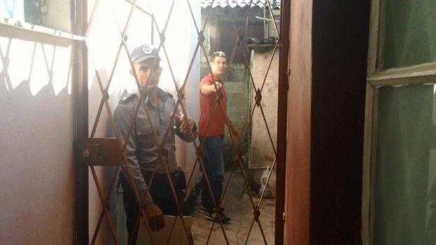 La policía entra en la vivienda de Eliécer Ávila para detenerle. (Marcos)