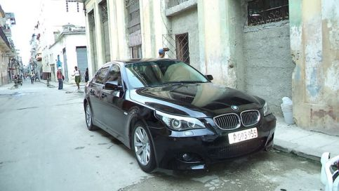 Auto BMW en una calle destartalada de Centro Habana. (14ymedio)