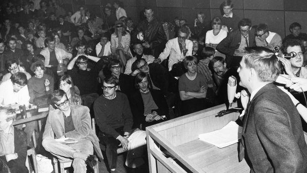 Olof Palme, líder de la socialdemocracia sueca en los años 70 y asesinado en 1986, se dirige a un grupo de universitarios en su época de ministro de Educación. (CC)