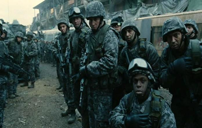 Fig. 11: … og soldaterne sænker våbnene og lader dem komme forbi.