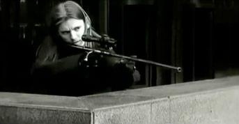 Fig. 1: Snigmorderen har rigget riflen og skyder kort tid efter.
