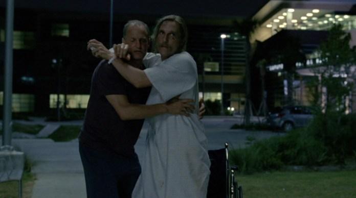 Fig. 15: Rust og Marty i typisk buddy movie-omfavnelse, da Marty hjælper Rust med at udskrive sig selv før tid. Det er op til den enkelte at afgøre om den kjolelignende natskjorte Rust har på bidrager til den homoerotiske undertone.