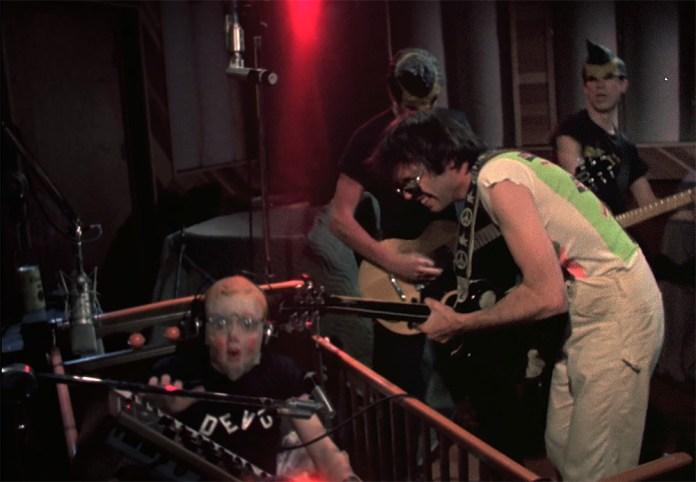Fig. 9: Neil Young i intens guitar/keyboardduel med Devos Mark Mothersbaugh a.k.a. Booji Boy. New wave-punkrockere i revitaliserende leg med en rocklegende.