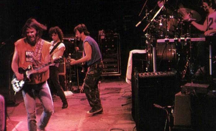 Fig. 13: Muddy Track byder på rå og ligefremme optagelser fra Neil Young & Crazy Horses verden anno 1987. Det er på godt og ondt ren rock'n'roll-stemning.