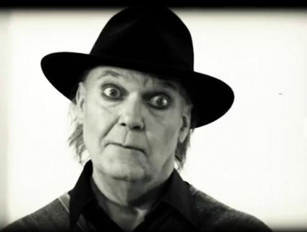 Fig. 17: En aldrende Neil Young i fuld stumfilmsmakeup som hovedpersonen i A Day at the Gallery.