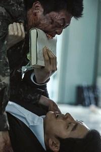 Fig. 2: Selv under en zombieepidemi kan det være rart at vide, at man faktisk kan bruge bøger til noget. Her er det den selvoptagede familiefar Gong Yoo, der udsættes for moderat fysisk pres af de ekstremt hurtige og insisterende zombier.