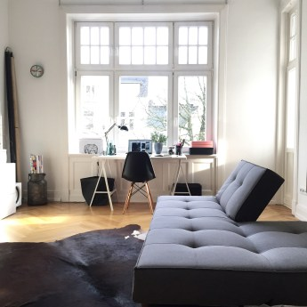 Alte Couch mit kleinerem Schreibtisch