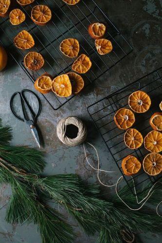 Bild: http://weihnachtsgeschenke.gq // Getrocknete Orangenscheiben auf eine Schnur aufziehen und fertig ist die weihnachtliche Girlande