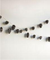 Bild: Elledecor // Tannenzapfen an einer Schnur als Girlande aufhängen