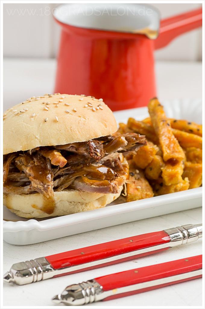 Pulled Pork aus dem Backofen mit Burger Buns, Süsskartoffel Pommes & Krautsalat