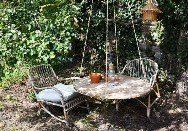 une table de jardin avec un touret