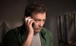 Roland (Axel Holst) ist am Ende. Verzweifelt versucht er, Kontakt zu seinem Sohn Konstantin aufzubauen, der ihm aus dem Weg geht.
