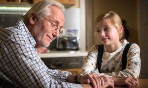 Hans Beimer (Joachim Luger) blüht auf, als er seiner Enkelin Mila bei ihrem Chemiereferat helfen darf. Endlich wird er wieder gebraucht!