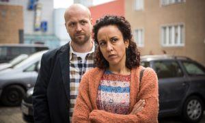 Neyla (Dunja Dogmani) spürt mit jedem Tage aufs Neue, wie richtig es war, bei Klaus (Moritz A. Sachs) in Deutschland zu bleiben. Doch ganz einfach ist die neue Situation nicht – ihr Sohn Jamal geht ihr aus dem Weg.