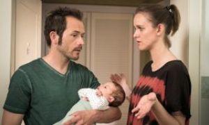 Der kleine Elias ist da! Und damit sind Jack (Cosima Viola) und Alex (Joris Gratwohl) plötzlich Eltern eines gemeinsamen Kindes.