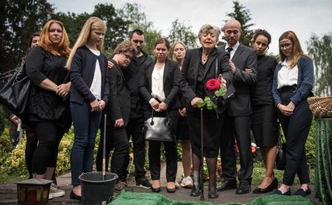 Große Trauer bei Helga (Marie-Luise Marjan, M.) und den engsten Familienangehörigen bei Hans Beimers Beerdigung. Nur Anna fehlt. Hans Beimers Frau hat keine Kraft, teilzunehmen.