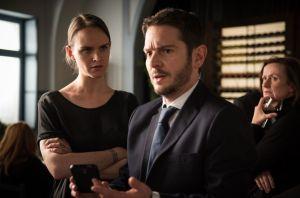 Wütend stellt Jack (Cosima Viola, l.) Timo (Michael Baral) auf der Trauerfeier im Akropolis zur Rede. Wie kommt er dazu, ihre Lederjacke zu verstecken und nicht nur das?