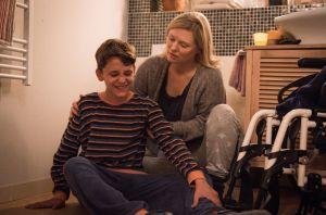 Tanja (Sybille Waury) ist völlig überfordert: Simon (Johan K.) stellt sich krank, weil er nicht in die Schule möchte, und Lotti ist tatsächlich krank und kann nicht arbeiten. Tanja hat kaum noch Kraft, mit der Situation fertig zu werden.
