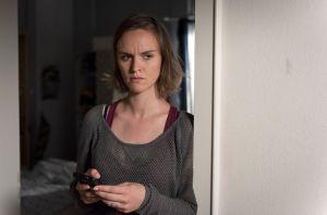 Jack (Cosima) fällt zuhause die Decke auf den Kopf. Als Timo sie per SMS fragt, wann sie wieder in der Werkstatt arbeiten kann, gerät sie ins Grübeln.