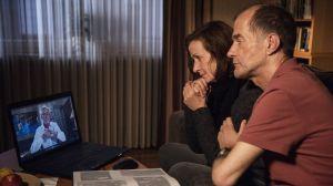 Als Anna (Irene Fischer) Videos findet, die Hans vor seinem Plan, den Jakobsweg zu gehen, für seine Familie aufgenommen hat, ist sie gerührt. Carsten Flöter (Georg Uecker) tröstet sie.