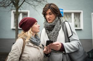 Nina (Jacqueline Svilarov) hat eigentlich keine Lust mehr, sich auf der Dating-App Shnax nach einem neuen Typen umzuschauen. Als sie ihr Profil löschen will, weckt jedoch ein gewisser Johannes ihr Interesse. Sunny (Martin Walde) ist amüsiert.