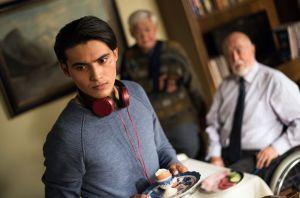 Um seinen Aufenthaltsstatus nicht zu gefährden, hat sich Jamal (Aaron Rufer) auf die Forderung von Dr. Dressler (Ludwig Haas, r.) eingelassen: Er hilft bei Dressler aus. Aber die Stimmung ist frostig.