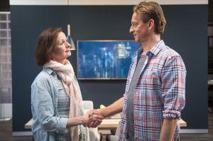 Beschlossene Sache: Anna (Irene Fischer) hat den Putzjob bei Wolf Lohmaier (Martin Müller-Reisinger) bekommen. Und irgendwie gefällt ihr der Mann auch…