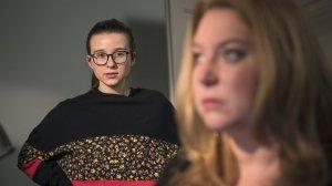 Antonia (Katharina Witza) leidet unter der miesen Stimmung in der WG. Die Erwachsenen sind aufeinander stinkig, das Bad ist ständig besetzt. Wütend stellt sie ihre Mutter (Rebecca Siemoneit-Barum) zur Rede.