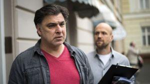 Murat (Erkan Gündüz, l.) ist entsetzt: Von Klaus (Moritz A. Sachs) hat er soeben erfahren, dass ihn Pauls Humpeln an den Täter des Anschlags auf den Hotel-Showroom erinnert.