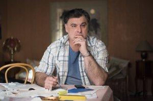 Murat (Erkan Gündüz) ist nach wie vor skeptisch, ob sein Sohn Paul nicht etwas mit dem Anschlag auf den Showroom des geplanten Hotels zu tun hat.