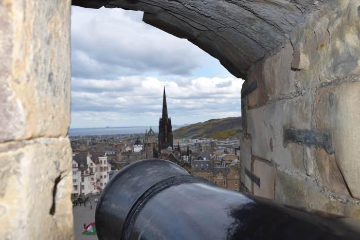 Canon donnant sur la vieille ville