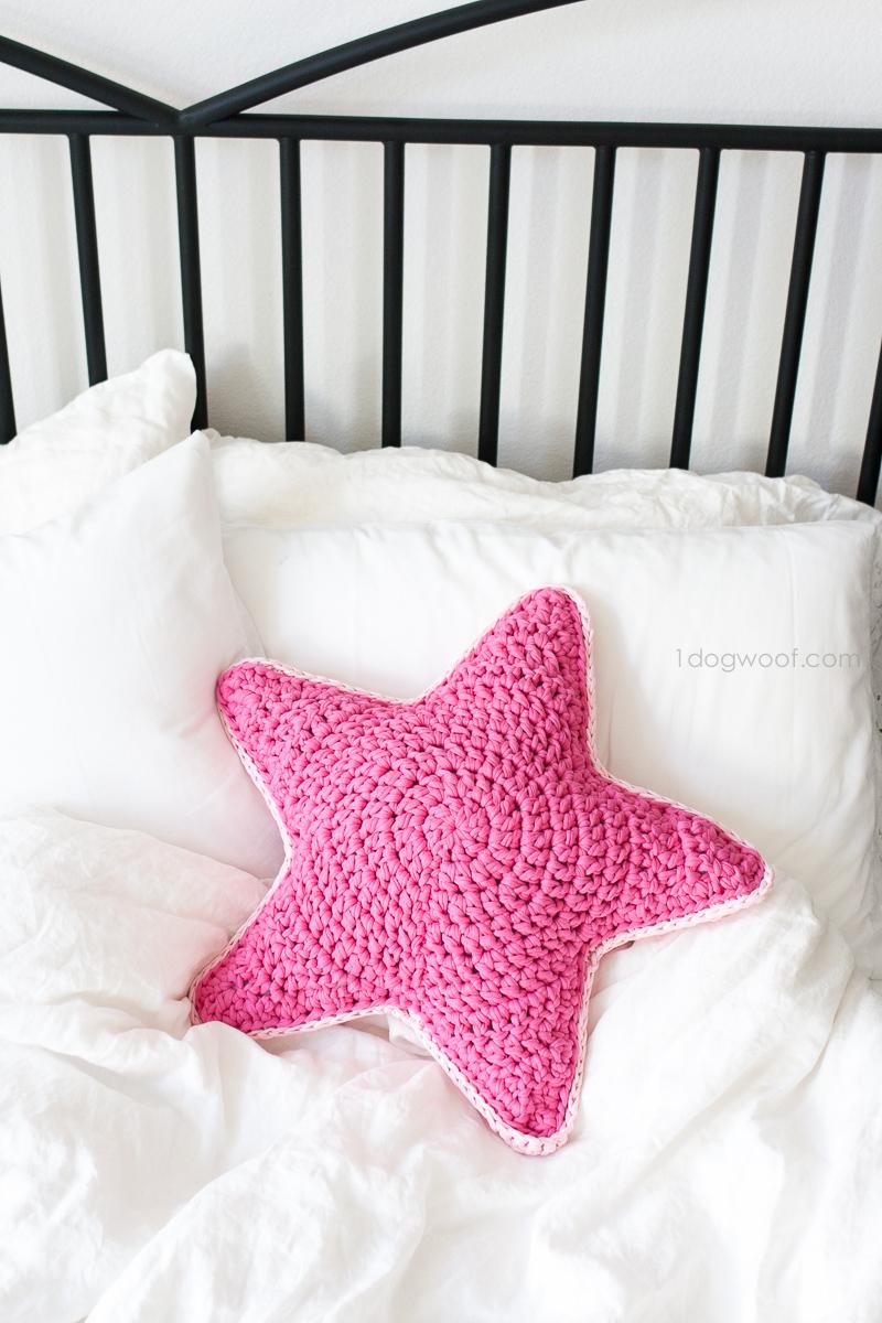 Crochet d'oreiller Sirius Star en utilisant du tissu rose ou du fil de t-shirt.