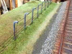 Zaun aus Betonpfählen und Stacheldraht
