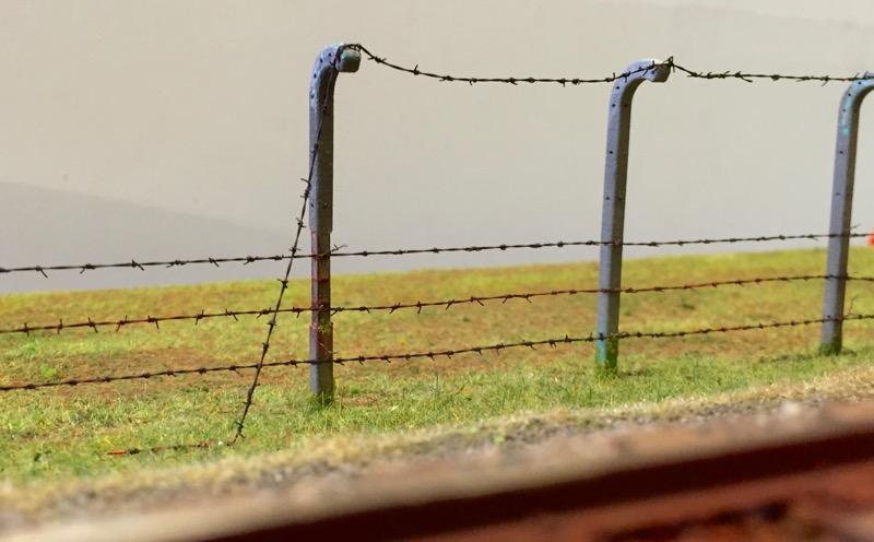 Ein Zaun mit selbst gebautem Stacheldraht