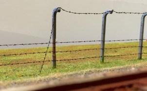 Stacheldrahtzaun mit Betonpfählen