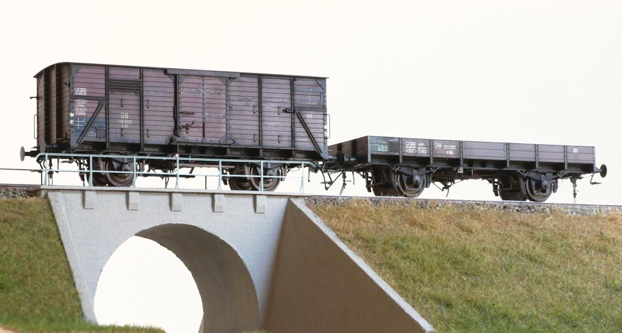 Zwei Güzterwagen auf dem Bahndamm